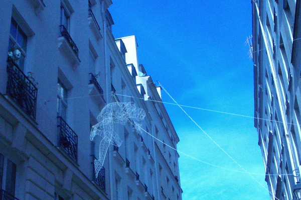 Spiderman en suspension dans les rues de Paris - quartier Sainte Catherine